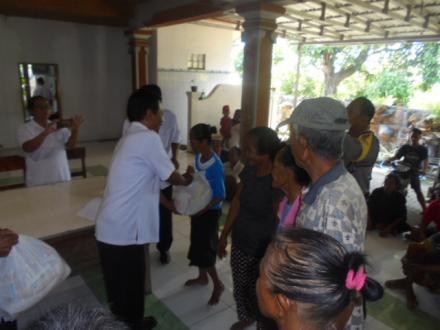 Penyerahan Bantuan Sembako yang di bagikan oleh perbekel desa tukadsumag dari PT PELINDO
